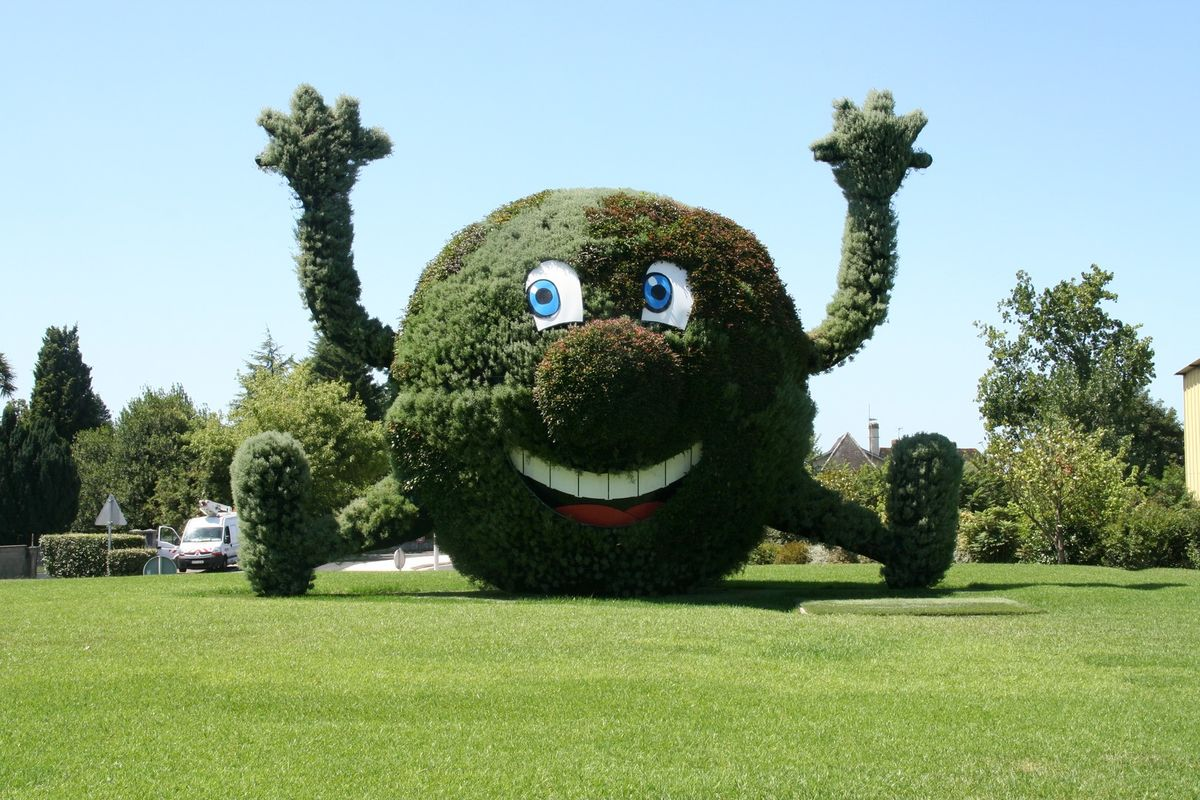Monsieur monde scultpture a l'entrée de Mourenx