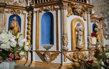 Sculptures dans le cœur de l'église de Sauvelade