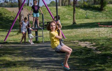 Tyrolienne pour les enfants à la base de loisirs