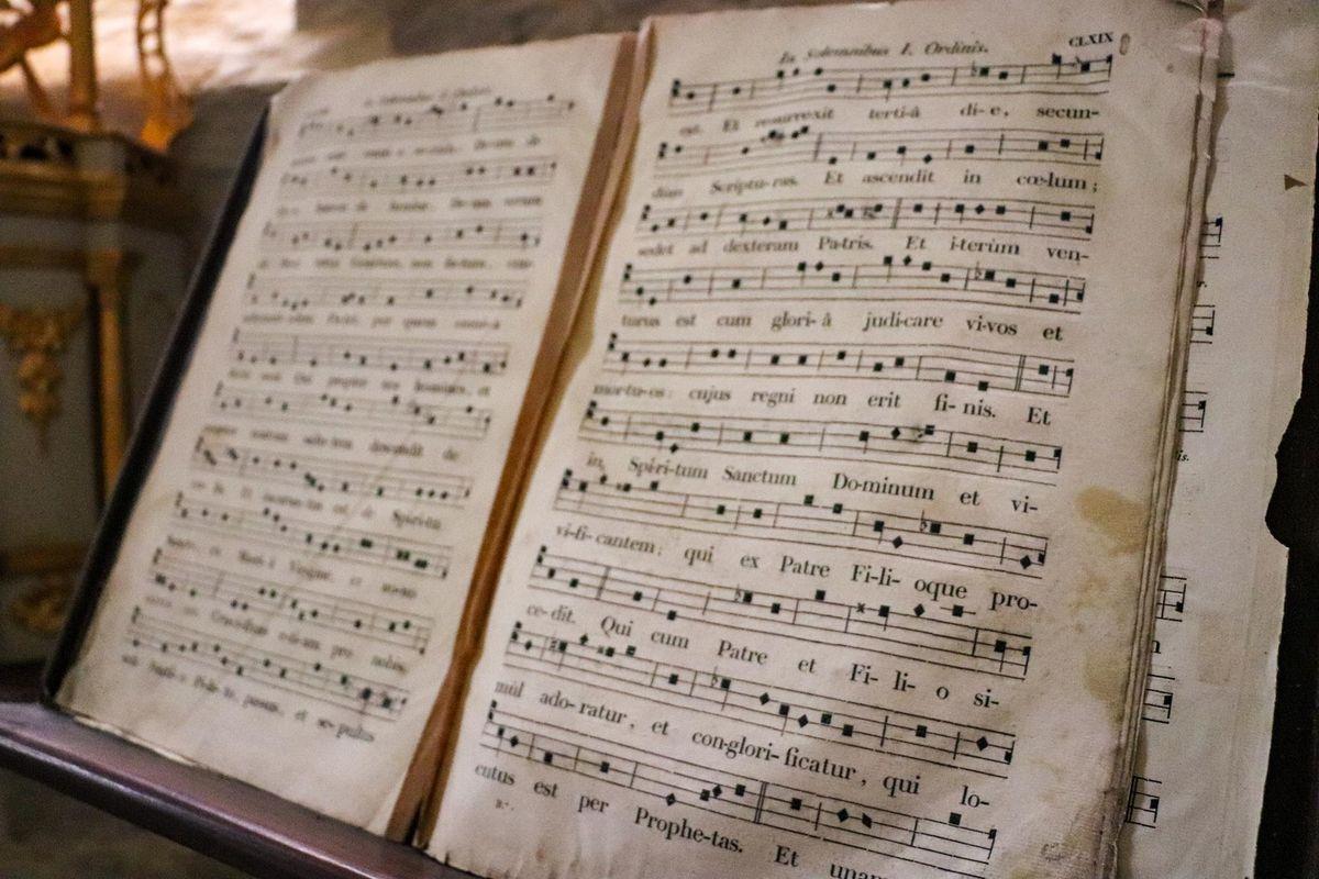 Livre de chants à l'intérieur de l'église de Sauvelade