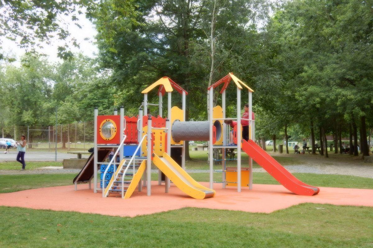 Jeux pour enfants à la base de loisirs d'Orthez Biron