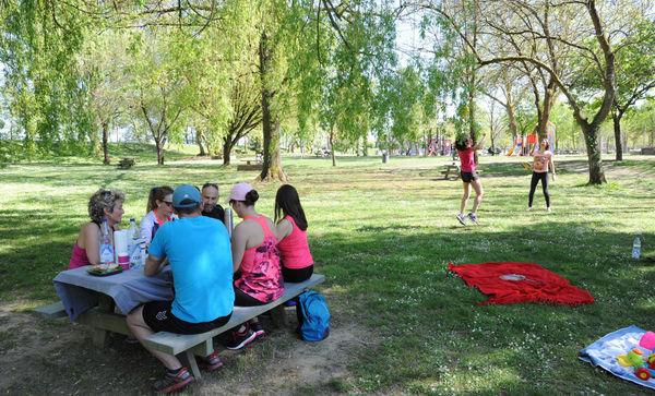 Pique-nique sous les arbres à la Base de loisirs Orthez-Biron
