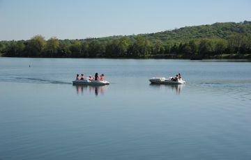 Pédalo entre amis sur le lac