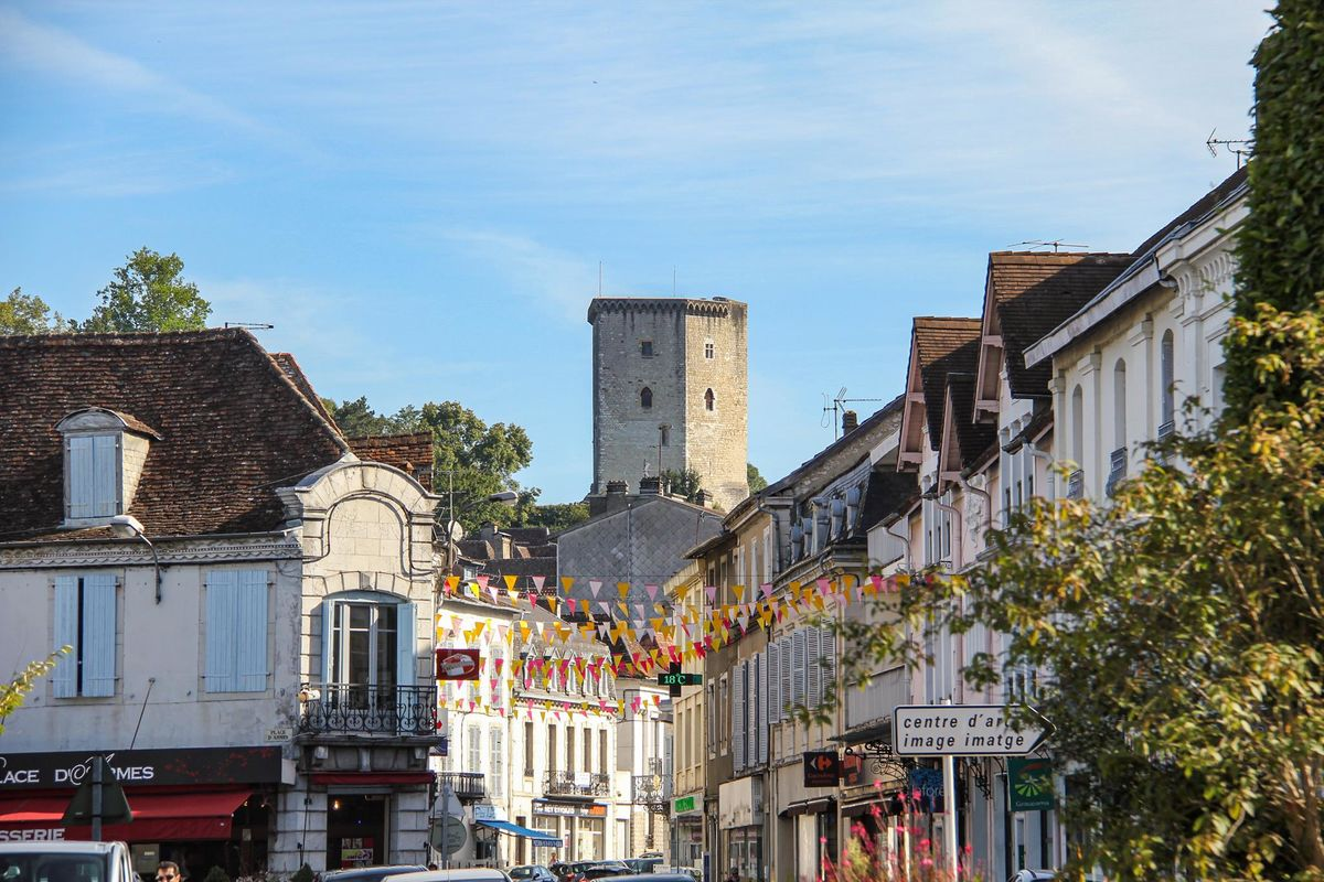 La tour du château Moncade domine la ville d'Orthez