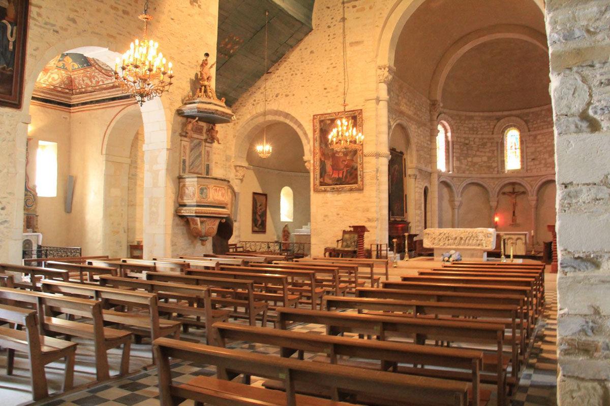 Interior de la iglesia St Vincent en Lucq-de-Béarn