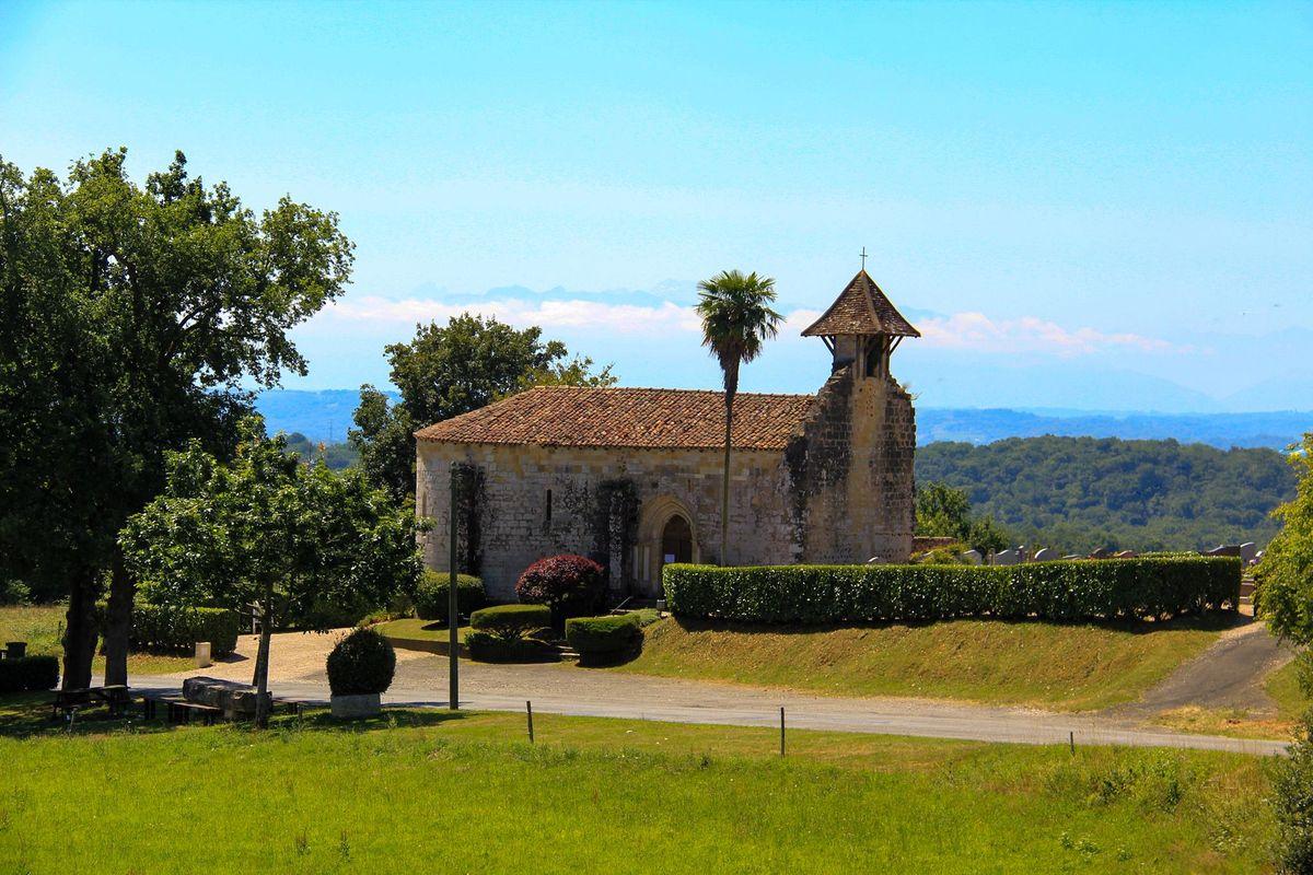 La chapelle de Caubin fait face aux Pyrénées