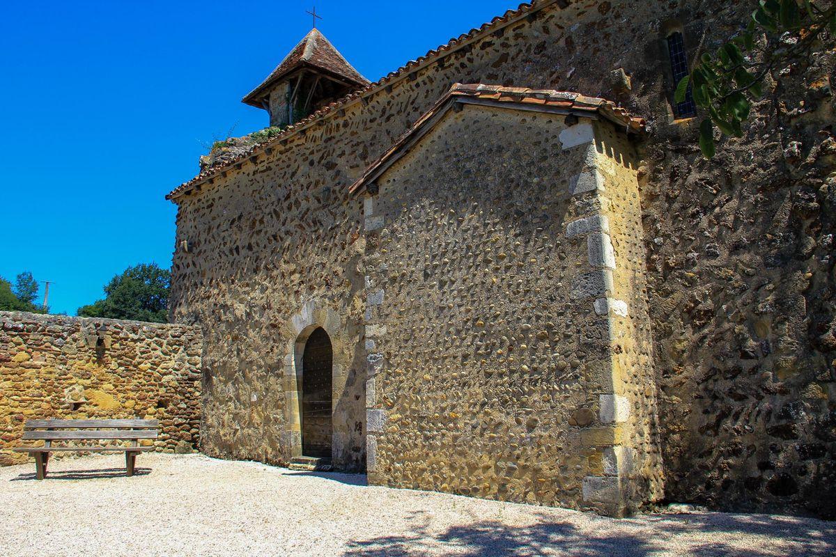 Cour de la chapelle de Caubin à Arthez de Béarn