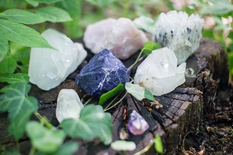 Pause à vivre : À la découverte des pierres et cristaux qui soignent - LACOMMANDE